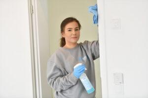 Mitarbeiterin des Putzmundo Reinigungsunternehmens bei der Büroreinigung